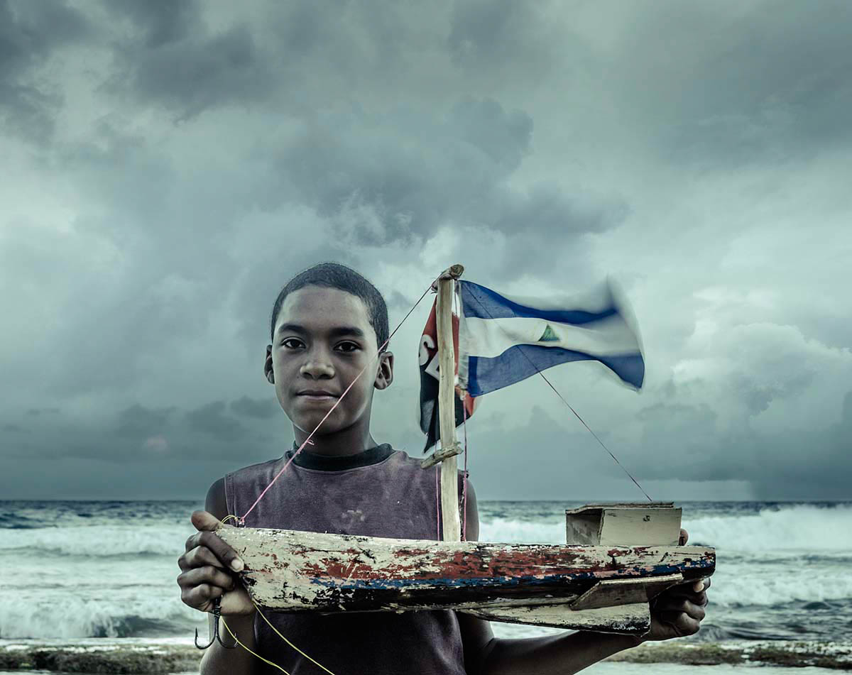 Nicaraguan boy with boet Wouter Boer Photography
